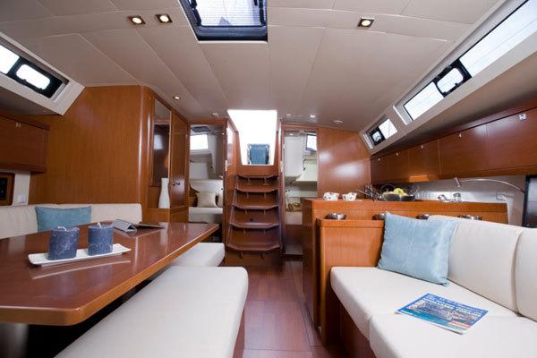 Камбуз-столовая на яхте