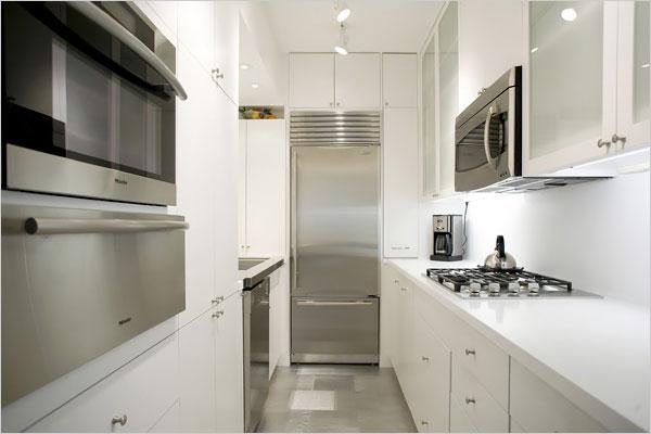 Холодильник и бытовые приборы в камбузе яхты