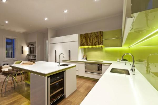 Бело-оливковая кухня со светодиодной подсветкой фартука
