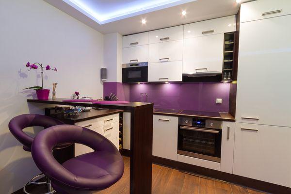 Барная стойка на кухне с яркими фиолетовыми стульями