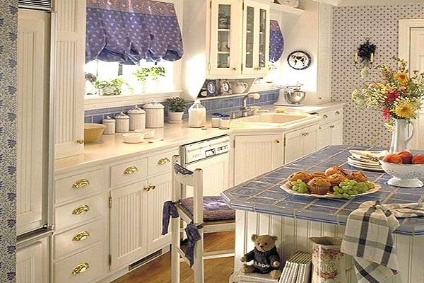 Маленькая светлая кухня в английском стиле