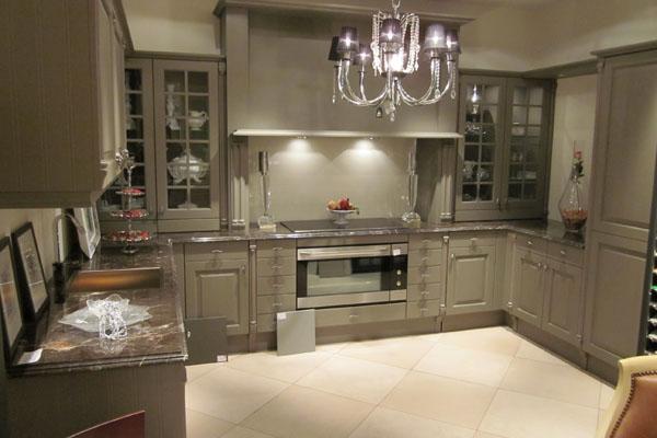 Шкафы-витрины в интерьере английской кухни