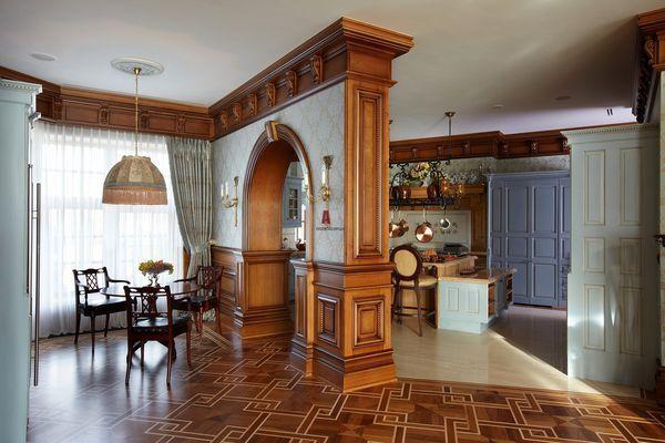 Кухня-столовая в английском стиле с деревянной аркой