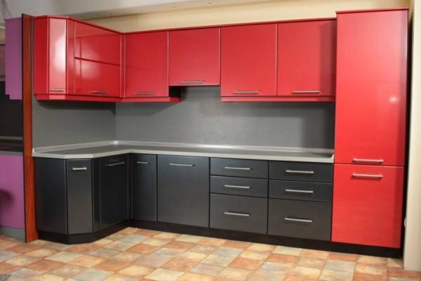 Кухонные модули красного и чёрного цвета