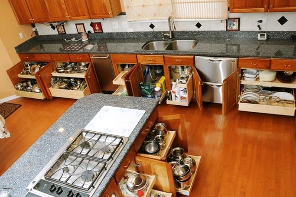 Кухня с многофункциональными напольными шкафами