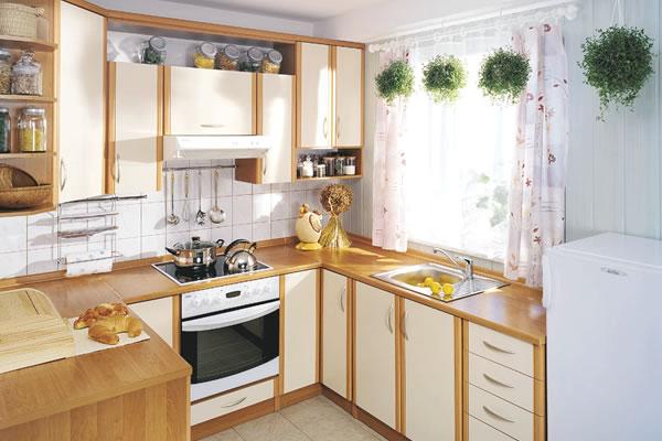 Угловая кухня с навесным шкафом в одном из углов