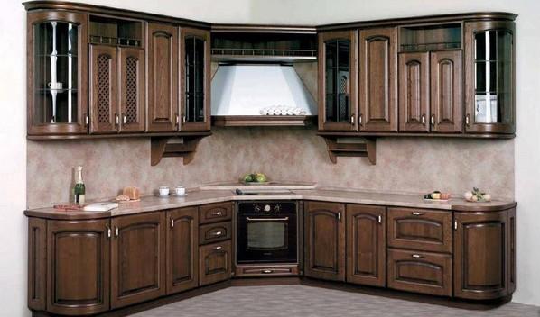Плита и вытяжка в углу кухни