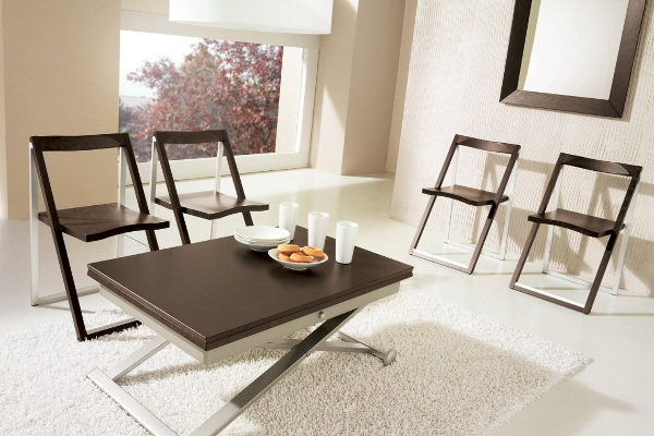 Складной стол и стулья в обеденной зоне