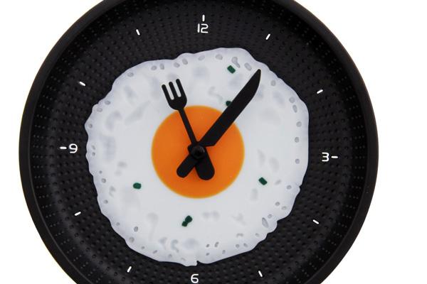 Часы в виде яичницы на сковороде