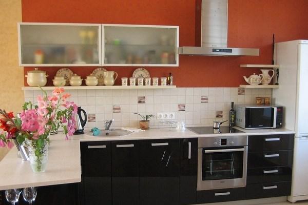 Навесные шкафчики и полки в интерьере кухни