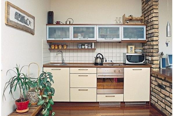 Навесные шкафчики в маленькой кухне