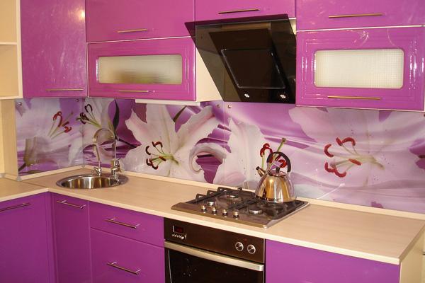 Фартук розовой кухни из белых лилий