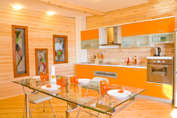 Кухня с оранжевыми фасадами и деревянной вагонкой