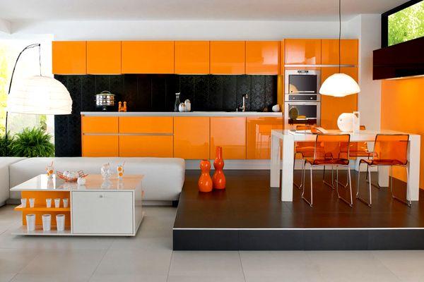 Оранжевая кухня с белой мебелью