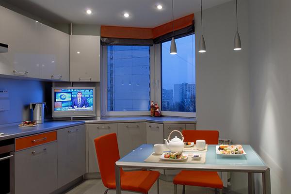 Оранжево-серый интерьер небольшой кухни