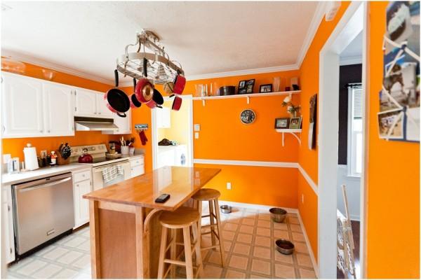 Оранжевая кухня с деревянным столом
