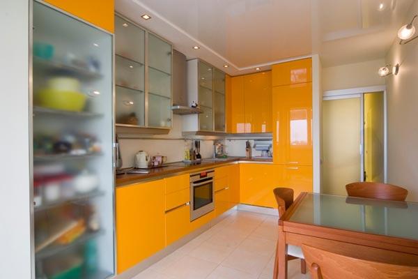 Интерьер маленькой кухни в оранжевом цвете