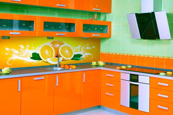 Апельсиновая кухня с апельсиновым панно