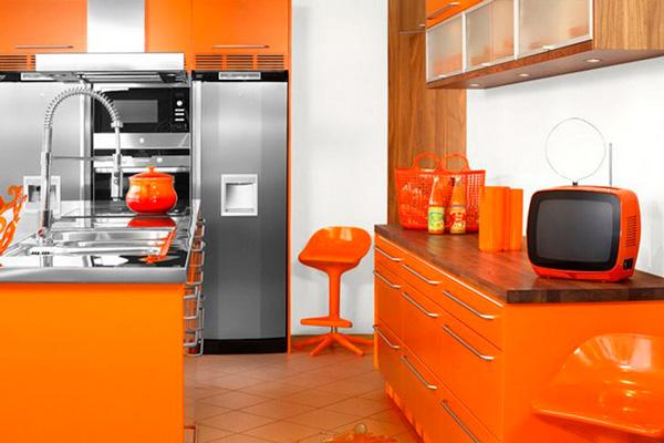 Деревянные элементы подчеркивают оранжевый цвет кухни