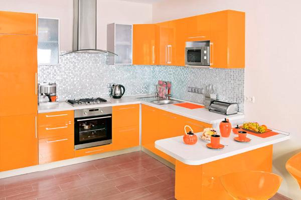 Сочетание белого и оранжевого в дизайне кухни