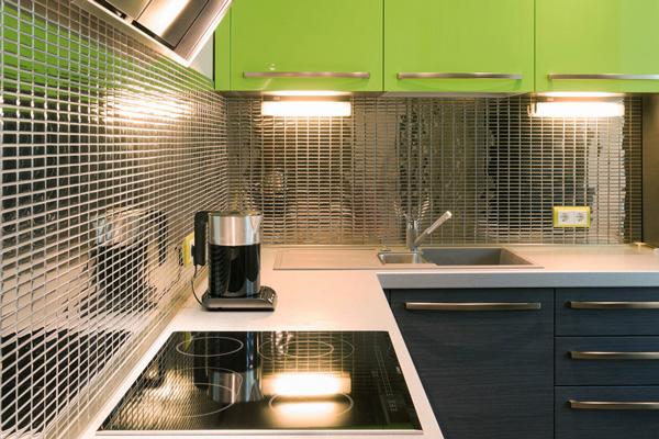 Зеркальная мозаика фартука в интерьере кухни