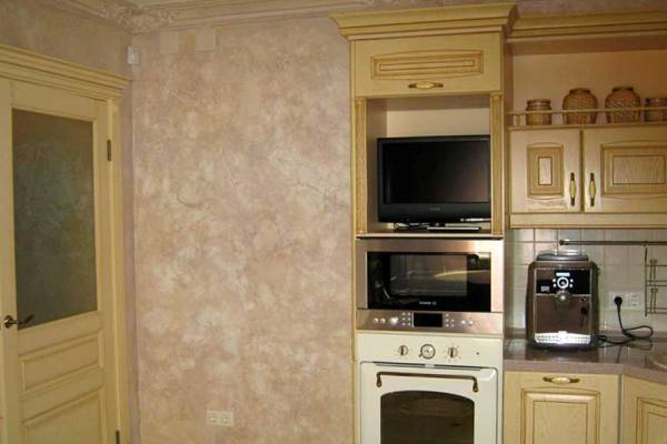 Фактурная штукатурка на стенах кухни