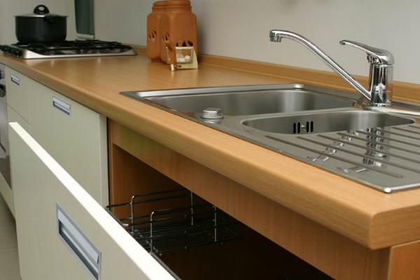 Пароустойчивая пластиковая столешница на кухне