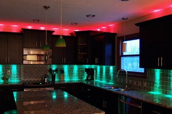 Разноцветные точеченые светильники на кухне