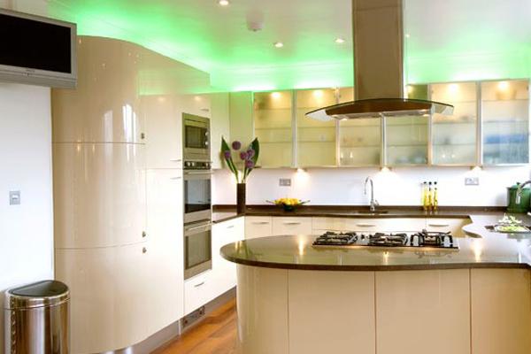 Подсветка кухни точечными светильниками и светодиоидной лентой