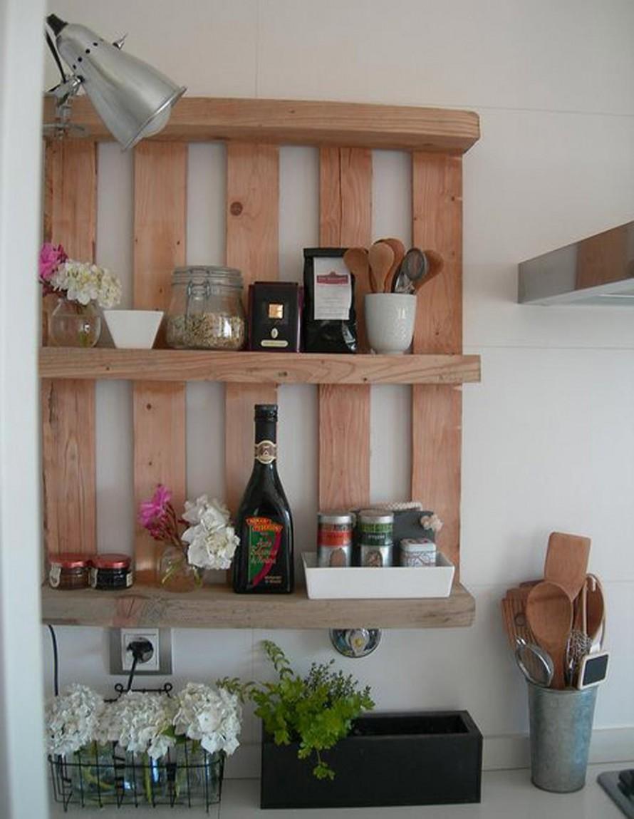 Простая деревянная полка на кухне