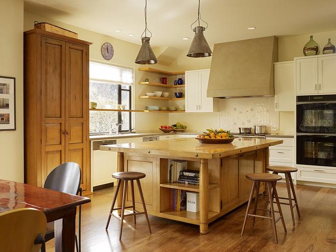 Угловая полка в интерьере кухни