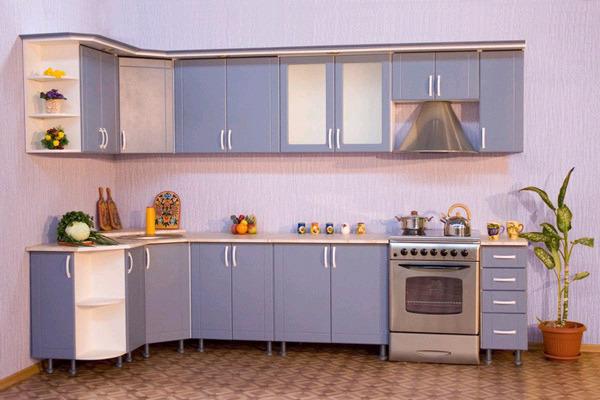 Кухонный гарнитур с фасадами из МДФ и пластика