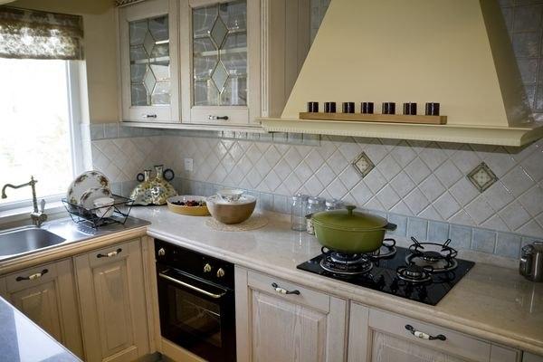 П-образная расстановка мебели на маленькой кухне