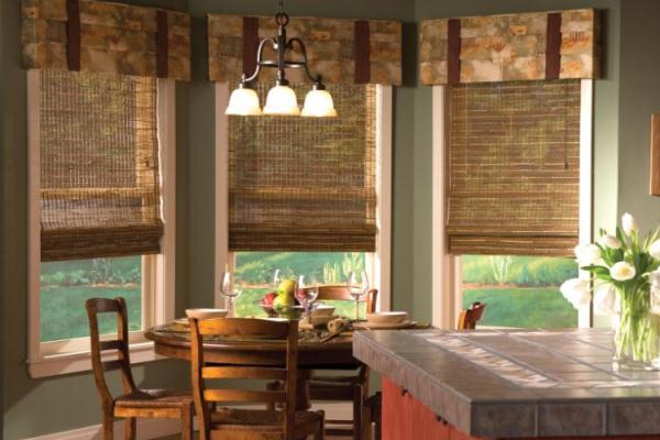 Плотные римские шторы на окнах столовой