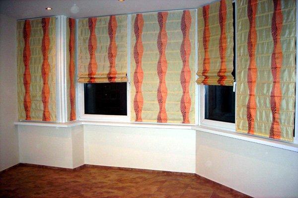 Римская штора с вертикальными яркими полосами