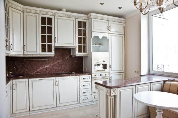 Навесные шкафы в интерьере кухни