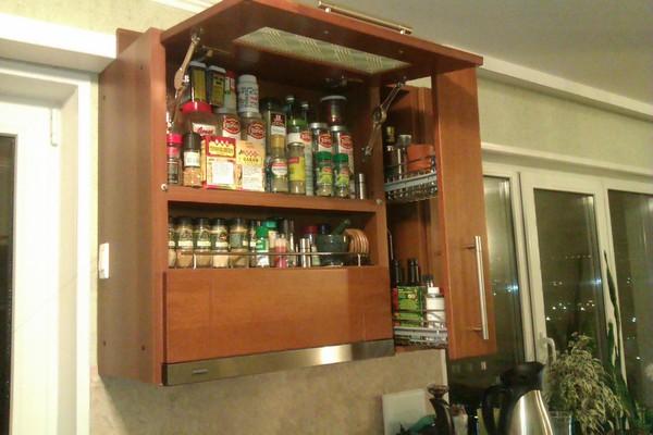 Подвесной шкаф для бутылок и специй