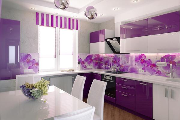 Сиренево-белая кухня с цветочной рабочей зоной