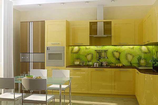 Стеклянный фартук с фотопечатью в жёлтой кухне