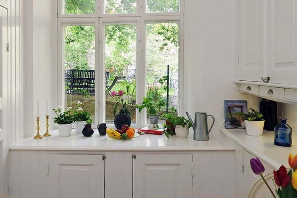 Подоконник-рабочий стол в небольшой кухне