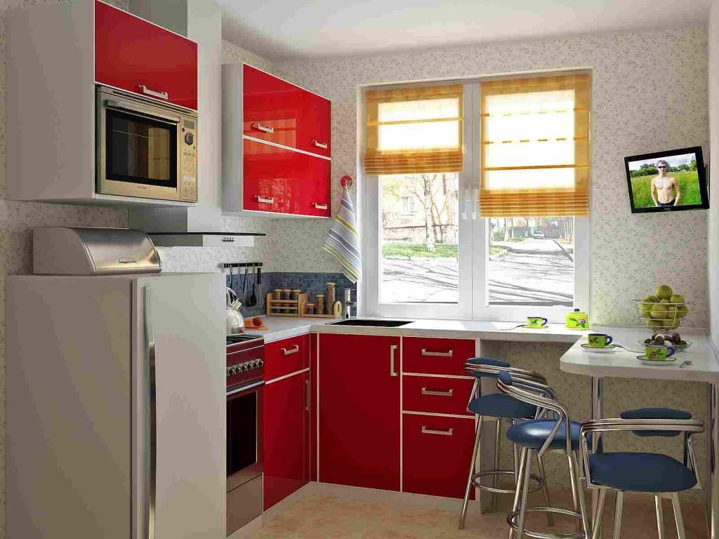 Подоконник, совмещённый со столешницей в маленькой кухне