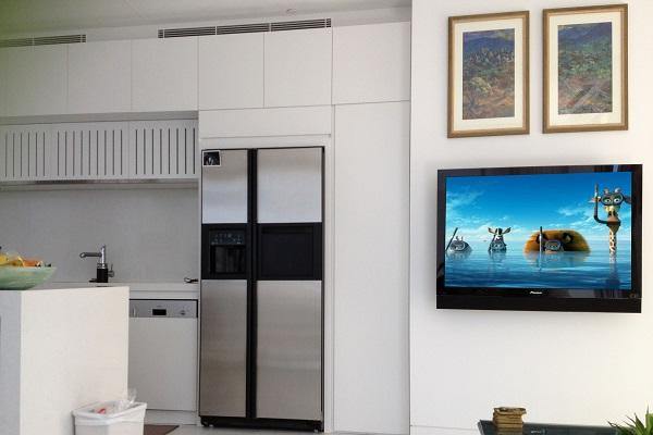Плоский телевизор в интерьере кухни