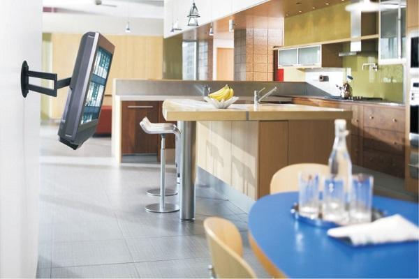 Телевизор на стене кухни возле детского столика