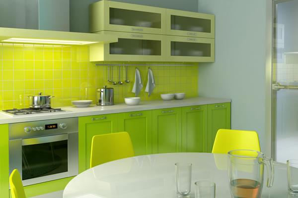 Светло-зелёные тона в дизайне кухни с жёлтым фартуком