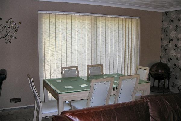 Вертикальные тканевые жалюзи в столовой