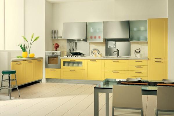 Светлая жёлто-белая кухня