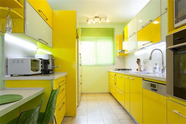 Кухонный гарнитур ярко-жёлтого цвета