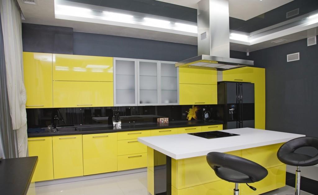 Кухня с глянцевыми жёлтыми фасадами и чёрным фартуком