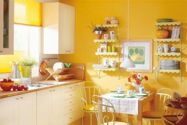 Стены и шторы насыщенного жёлтого цвета в интерьере кухни