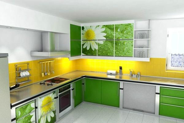 Фасады зелёного цвета с изображением полевых цветов на белой кухне с ярко-жёлтым фартуком